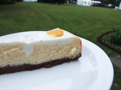 Cheesecake z kozího sýra s polevou z vanilkového lusku a jemné smetany - Mozaika