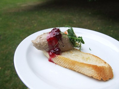 Paštika z drůbežích jater s nakládanou zeleninou, želé z dezertního vína a křupavým toustem - Kulaťák