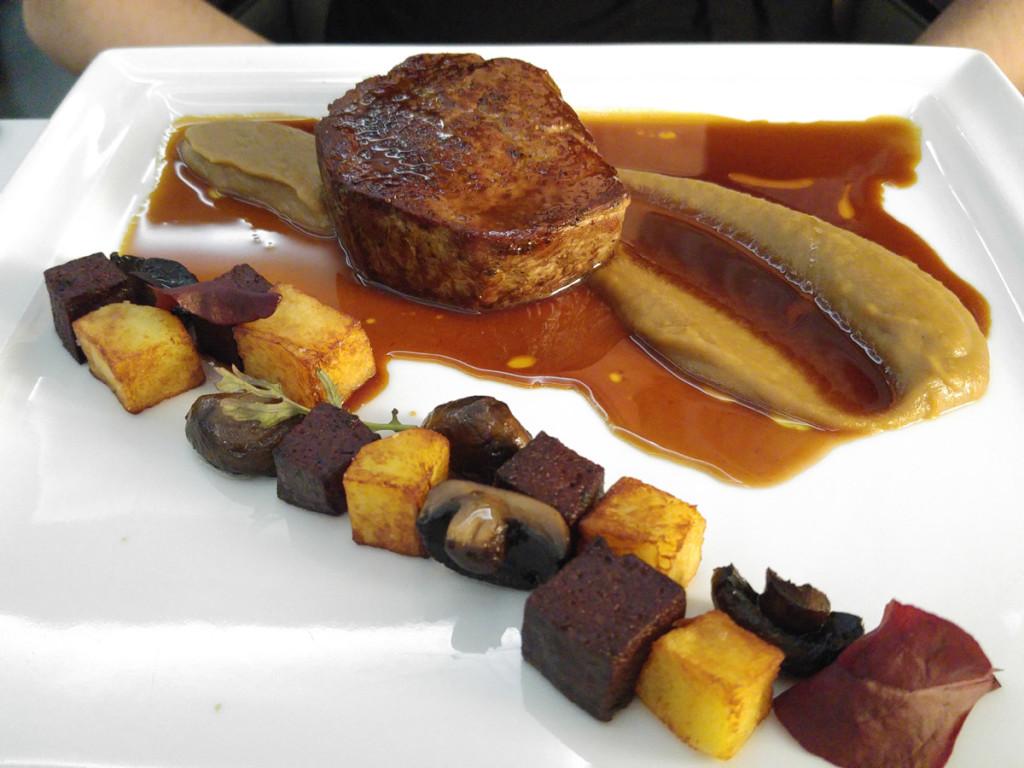 """Steak z vyzrálé hovězí svíčkové \""""čestr\"""", uzené cibulové pyré, balzamikové žampiony, brambory a domácí boudin noir"""