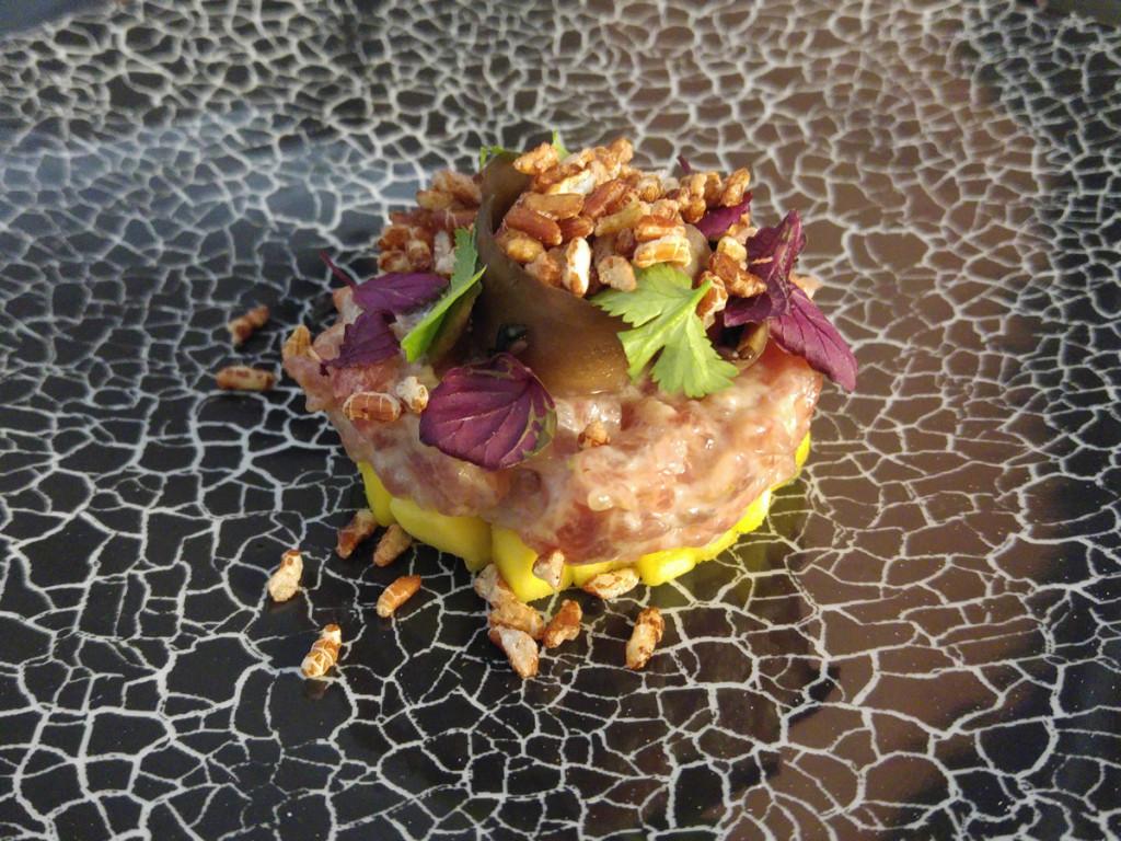 Tartar z tuňáka, marinovaná bílá ředkev, sojový vinaigrette a mango