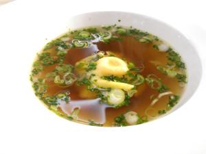 Hovězí vývar, žloutková raviola, zelenina a jarní cibulka