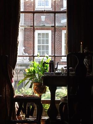 Okno v muzeu Sherlocka Holmese