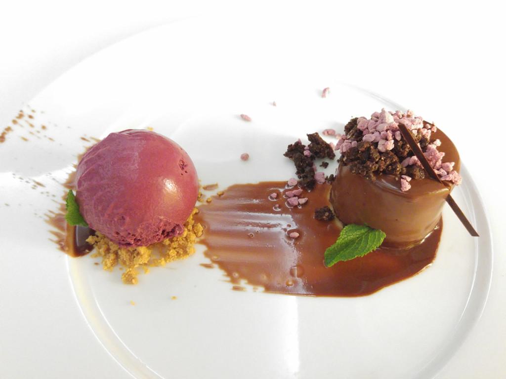 Bavarois z mléčné čokolády valrhona a zmrzlina z černého rybízu