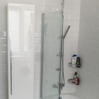 Sprcha a skříňka